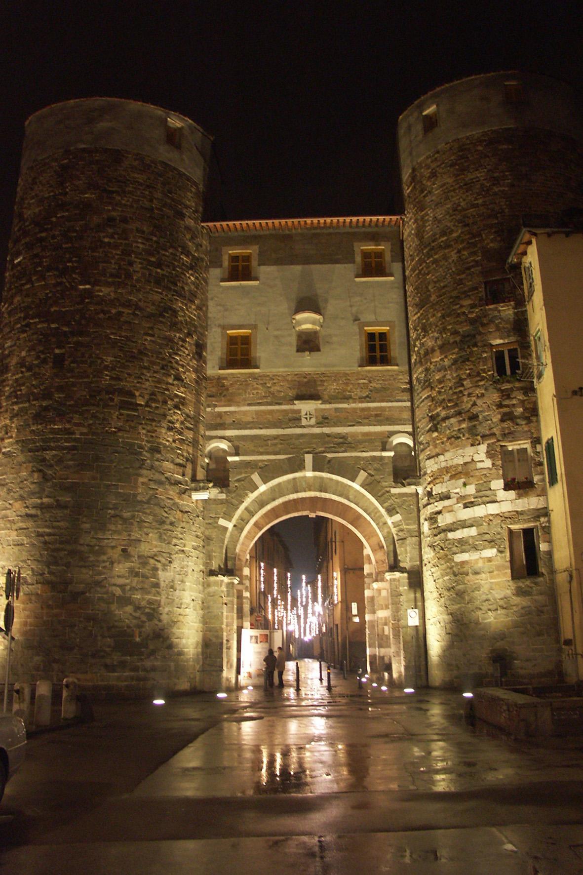 Lucca porta Santi Gervasio e Protasio di notte